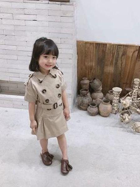 同宣童装品牌2019春夏双排扣连衣裙