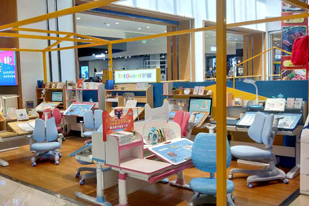 护童学习桌椅店铺展示