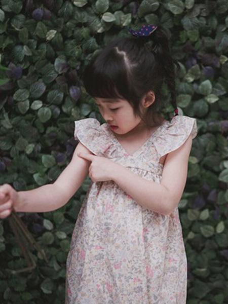 米优国际童装品牌2019春夏新款度假风小碎花飞袖长款连衣裙