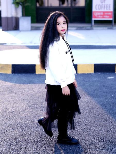 快乐丘比童装品牌2019秋冬时尚潮流羽绒外套加黑色裙子