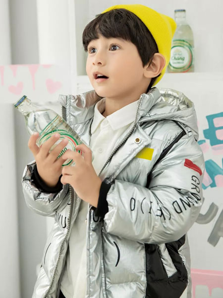 羽成扉童装品牌2019秋冬新款印花亮面羽绒服