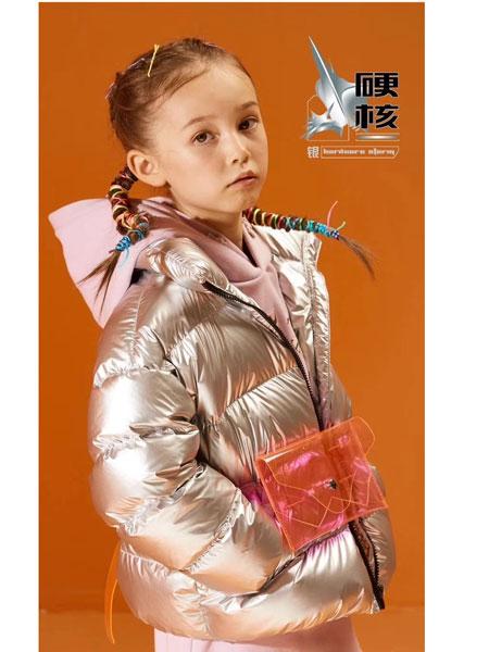 美特斯邦威童装童装品牌2019秋冬新款银色亮面羽绒服 保暖