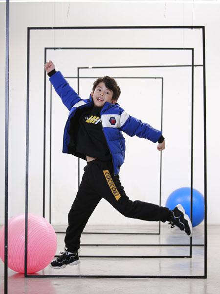 可趣可奇童装品牌2019秋冬新款纯色图案羽绒服