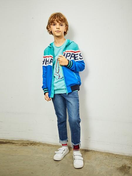 暇步士童装品牌2020春夏印花字母外套