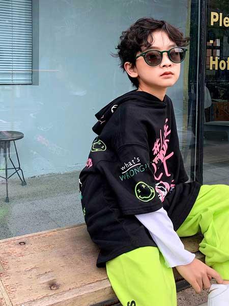 Outride越也童装品牌2020春夏新款纯色印字个性带帽卫衣