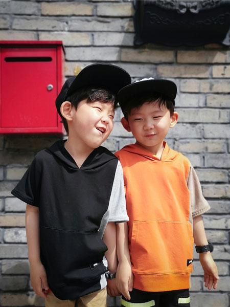 亚尔趣汇童装品牌2020春夏日系宽松版型刺绣标连帽短袖 男女儿童拼色印花马甲