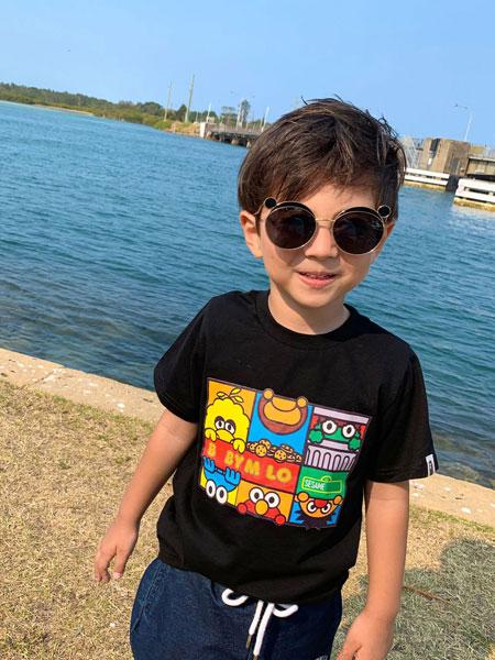 亚尔趣汇童装品牌2020春夏站立图案 六格图案数码印花T恤 男女儿童休闲短袖