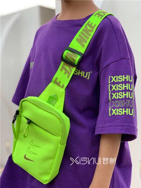 拉酷儿童装品牌2020春夏撞色绿色单肩包搭配2紫色T恤