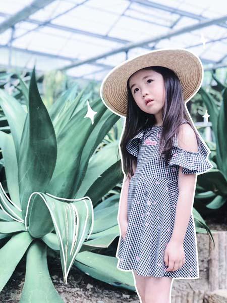 贝甜童装品牌2020春夏露肩格纹连衣裙