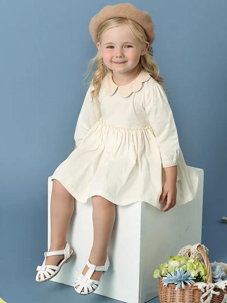 卡拉贝熊童装品牌2020春夏娃娃领米白色连衣裙