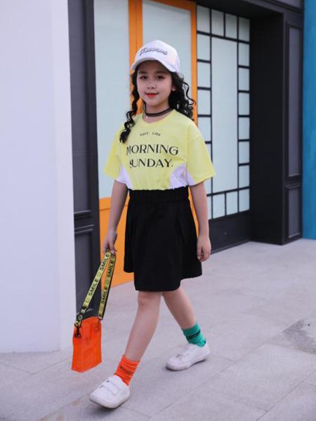小嗨皮童装品牌2020春夏字母浅黄色T恤黑色半裙