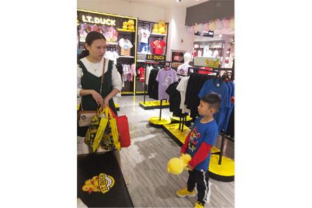 小黄鸭青少年鞋服店铺展示