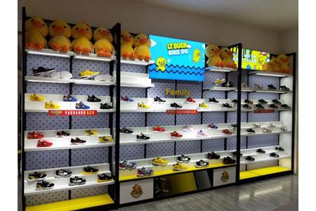 小黃鴨青少年鞋服店鋪展示