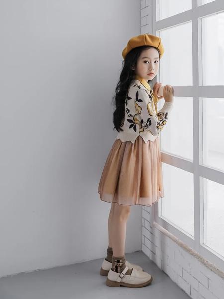 思贝秀童装品牌2020秋冬白底花枝针织衫