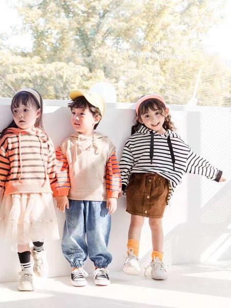 魔方童装品牌2020秋冬黑色横纹白色卫衣连帽