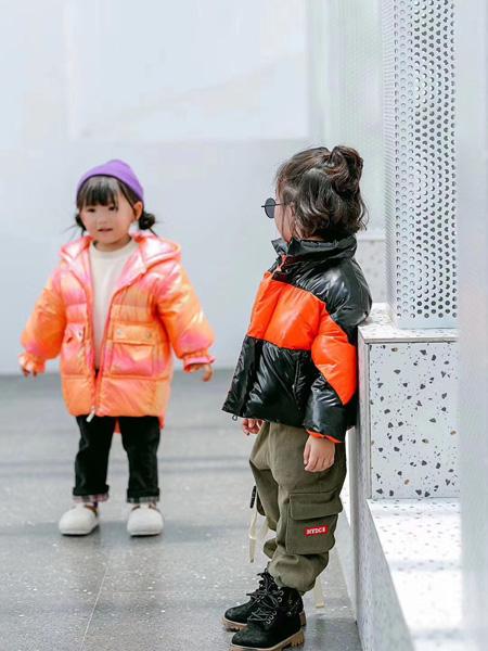 魔方童装品牌2020秋冬黑色橙色外套