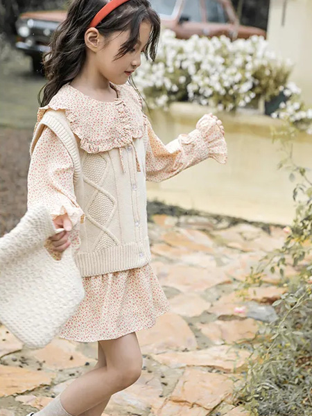 洛小米童装品牌2020秋冬米色背心针织毛衣