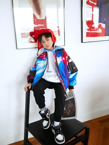 Outride越也童裝品牌2020秋冬渲染圓領棒球服