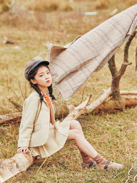 彩色笔童装品牌2020秋冬米色套裙