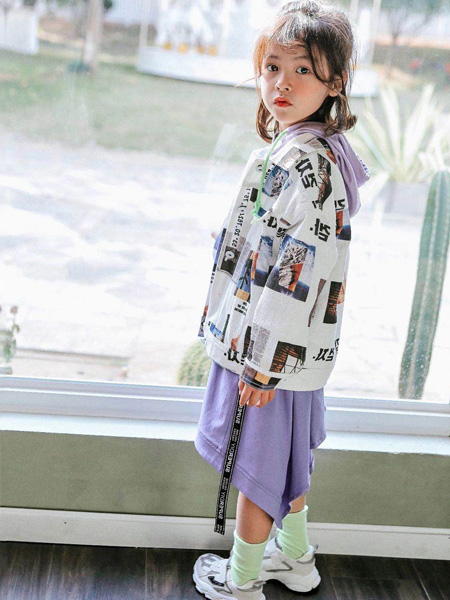 快乐精灵童装品牌2020秋冬紫色连帽外套白色印花