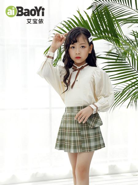 艾宝依童装品牌2020秋冬米色长袖衬衫青色格纹短裙
