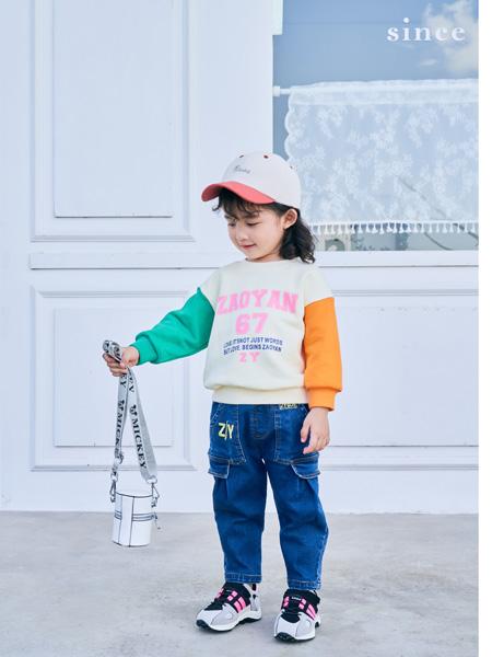 早言童装品牌2020秋冬新品绿橙白印花上衣