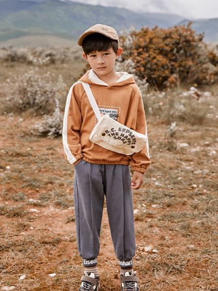 爱西娜童装品牌2020秋冬橙色条纹带帽卫衣