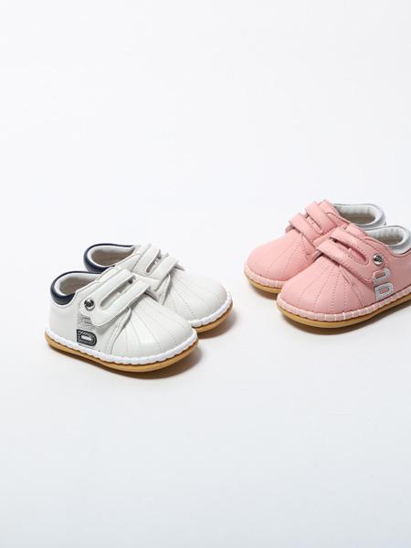 百丽国际童鞋品牌2020春夏粉白两色小皮鞋