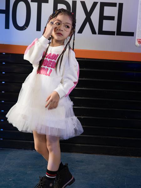 巴迪小虎BaDi Tiger童�b品牌2020秋冬白色�l�y字母上衣