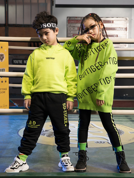 巴迪小虎BaDi Tiger童装品牌2020秋冬绿色带帽上衣绿色字母上衣