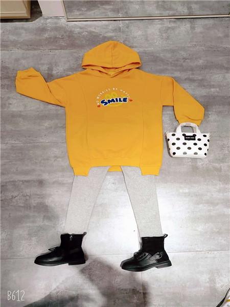 达巴童装品牌2020秋冬黄色字母卫衣