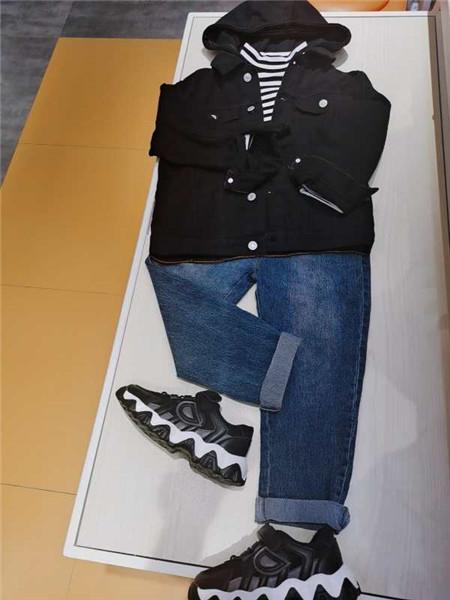 达巴童装品牌2020秋冬黑色条纹外套