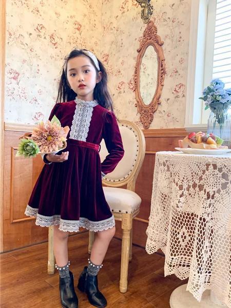 艾米艾门童装品牌2020冬季红色复古英伦风蕾丝拼接连衣裙