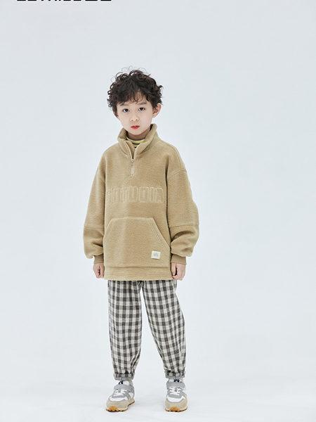 Outride越也童装品牌2020冬季杏色高领大口袋落肩卫衣