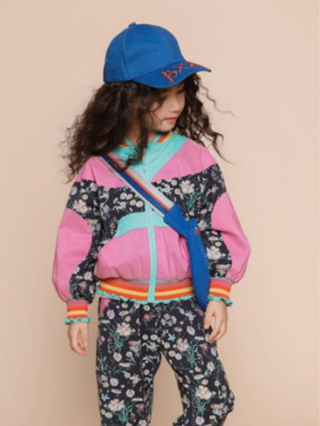 世纪童话童装品牌2020冬季粉色撞色拼接碎花运动风外套