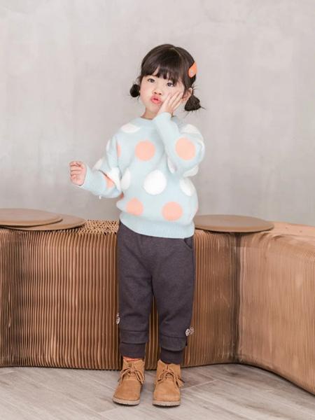 缝纫机小队长童装品牌2020冬季浅蓝色圆点圆领上衣