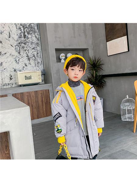 123童装童装品牌2020冬季灰色黄色撞色落肩贴带羽绒服