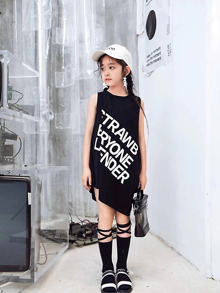 萌����童�b品牌2021春夏�o袖印字母�B衣裙