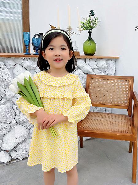 七彩芽童装品牌2021春黄色碎花宽松连衣裙