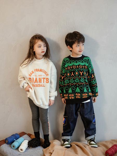 喔也童装品牌2021秋冬字母印画上衣