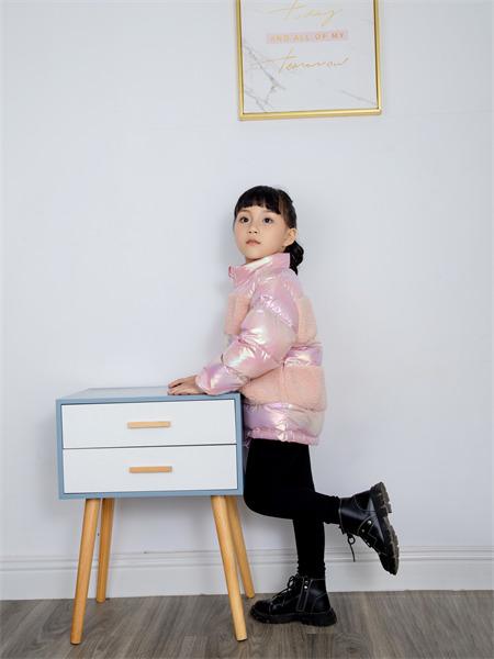 熊卡唯妮童装品牌2021秋冬渐变色圆领加厚羽绒服